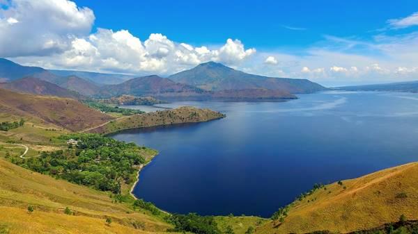 Pemandangan Indah Danau Toba dari Ketinggian Bukit Holbung